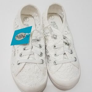 Other - Girls white Lace canvas shoes sz 1